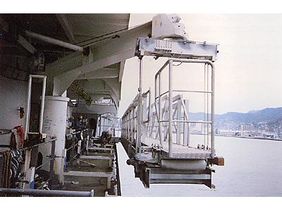 客船用水平格納型振り出し式舷梯装置