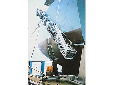起倒式ショアラダー付舷梯装置